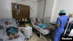 叙利亚阿勒颇市在医院中接受治疗的据称是被氯气攻击的民众。