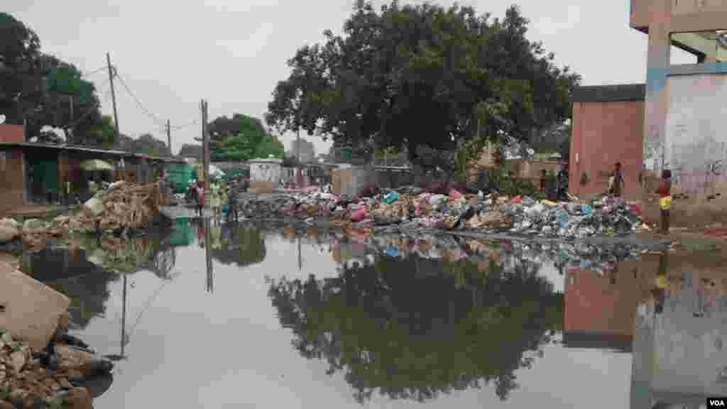 """Angola, Luanda. O resultado das chuvas nos bairros da capital. Muito lixo e muitas """"piscinas"""", propícias à proliferação de doenças como a malária ou a febre tifóide. 25 de Abril 2014"""