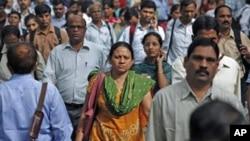 印度孟买街头的行人(2011年10月30号资料照)