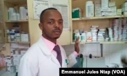 Gideon Kehfen Wiysenyuy, technicien en pharmacie à l'hôpital d' Etoug Ebe, à Yaoundé, le 23 octobre 2017. (VOA/Emmanuel Jules Ntap)