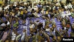 Người Rohingya nghỉ ngơi bên trong một nơi trú ẩn tạm thời sau khi được cứu từ các tàu thuyền tại Lhoksukon tại tỉnh Aceh của Indonesia, ngày 11/5/2015.