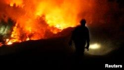 캘리포니아 주 요세미티 국립공원 인근에서 발생한 산불을 진화하기 위해 애쓰고 소방대원.