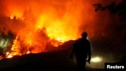 Nhân viên cứu hỏa chống chọi với các đám cháy rừng gần Công viên quốc gia Yosemite, California, ngày 30/8/2013.
