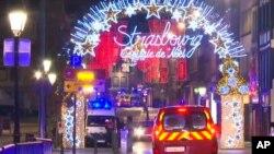 Los servicios de emergencia llegan a la escena del mercado navideño en Estrasburgo, Francia, el martes 11 de diciembre de 2018.