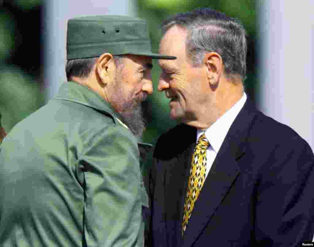 Le président cubain Fidel Castro avec le Premier ministre canadien Jean Chrétien lors de son arrivée au palace à La Havane, le 27 avril 1998.