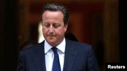 El primer ministro británico, David Cameron, sale del número 10 de Downing Street para dirigirse al Parlamento. Camerón quedó sin el apoyo del parlamento en el tema de Siria.