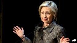 បេក្ខជនប្រធានាធិបតីពីគណបក្សប្រជាធិបតេយ្យ លោកស្រី Hilary Clinton មានប្រសាសន៍មុនពេលប្រគល់ពានរង្វាន់ The Hilary Rodham Clinton សម្រាប់ Advancing Women in Peace and Security នៅបណ្ណាល័យ Riggs នៅឯសាកលវិទ្យាល័យ Georgetown ក្នុងរដ្ឋធានីវ៉ាស៊ីនតោន កាលពីថ្ងៃទី២២ ខែមេសា ឆ្នាំ២០១៥។