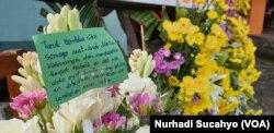 Puluhan karangan bunga dikirimkan berbagai kelompok masyarakat ke SMPN 1 Turi. (Foto: VOA/Nurhadi Sucahyo)