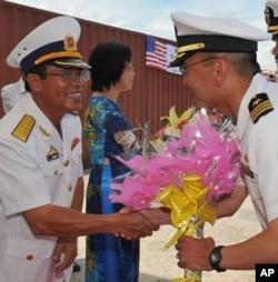 ພັນເຮືອໂທ Jeffrey Kim ຜູ້ບັນຊາການເຮືອພິຄາດ USS John S. McCain ຂໍ່ານັບນາຍທະຫານອາວຸໂສຈາກກອງທັບເຮືອປະຊາຊົນ ຫວຽດນາມ ຫລັງຈາກໄປຮອດດານັງ, ວັນທີ 20 ສິງຫາ 2010.