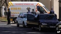 Kendaraan ambulans membawa mantan Presiden Afsel Nelson Mandela tiba di depan rumah Mandela di Johannesburg, Minggu (1/9).
