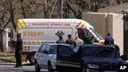 Sebuah ambulans membawa mantan Presiden Afrika Selatan Nelson Mandela kembali ke rumah kediamannya di Johannesburg, Afrika Selatan (1/9).