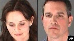 """Aktris Reese Witherspoon dan suaminya Jim Toth dalam foto yang diambil oleh polisi atau dikenal sebagai """"mug shot"""". (AP/Kepolisian Negara Bagian Atlanta)"""
