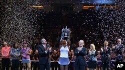 Serena Williams recurrió a su extraordinario nivel actual de tenis y una gran valentía para recuperarse tras perder el primer set y derrotar la china Li Na.