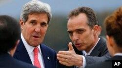 El jefe de protocolo en Ginebra, Jean-Luc Chopard da la bienvenida al secretario John Kerry, a su llegada a la reunión sobre Irán.
