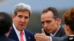 Trưởng ban lễ tân Jean-Luc Chopard (phải) đón tiếp Ngoại trưởng Kerry khi ông đến Thụy Sĩ dự cuộc đàm phán về hạt nhân