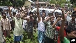 Penduduk desa yang marah akibat terganggu oleh bentrokan antar etnis meneriakkan protes kepada anggota parlemen yang berkunjung ke kemah penampungan di Bijni, wilayah Chirang, Assam India (26/7).