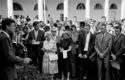 1961年8月28日,當時的美國總統約翰肯尼迪在白宮的玫瑰園向和平隊的隊員發表講話。