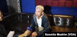 """Penyanyi rap Marzuki Mohamad alias Kill the DJ saat hadir di konser """"Yang Muda Melawan Lupa"""" di Toba Tabo Cafe di Jakarta, Sabtu, 6 April 2019. (Foto: Sasmito Madrim/VOA)"""