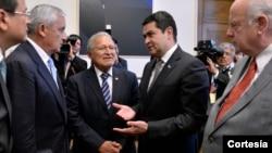 Los presidentes Otto Pérez Molina, Salvador Sánchez Cerén y Juan Orlando Hernández conversan con el secretario general de la OEA, José Miguel Insulza (derecha).