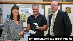 kiri ke kanan: Tonya Illman, Ross Anderson dari Museum Australia Barat dan Kym Illman