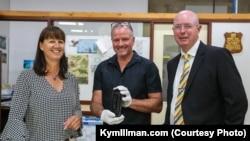 找到漂流瓶的澳大利亚夫妇和西澳大利亚博物馆研究人员安德森(中)