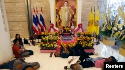 Người biểu tình chống chính phủ nằm nghỉ nơi hành lang ra vao Bộ Tài chính sau khi chiếm cứ nơi này, Bangkok, 25/11/13