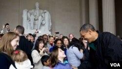 El sábado el presidente Obama se detuvo por sorpresa en el monumento en memoria de Abraham Lincoln, para saludar a los visitantes.