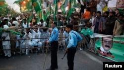 5月5日警察在巴基斯坦伊斯蘭堡舉行的穆斯林聯盟黨競選大會上站崗