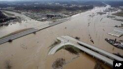 Nước lũ ngập tràn xa lộ liên bang 44, Valley Park, Missouri, ngày 30/12/2015.