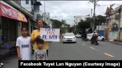 Bà Nguyễn Thị Tuyết Lan và hai con nhỏ của Blogger Mẹ Nấm.