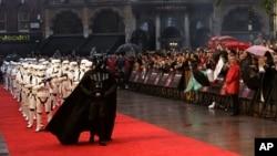 """На одной из всемирных премьер """"Звездных войн"""" в Великобритании"""