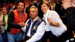 Lenin Moreno, candidato presidencial para el partido gobernante Alianza PAIS, centro, posa para una foto con sus seguidores tras una rueda de prensa en Quito, Ecuador, el lunes 20 de febrero de 2017.