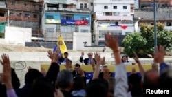 El presidente de la Asamblea Nacional, Julio Borges (centro) y otros diputados opositores participan en una sesión pública en el barrio de Petare en Caracas, el 26 de enero.