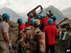 Operasi penyelamatan korban longsor di distrik Kinnaur di negara bagian Himachal Pradesh, India utara, Rabu, 11 Agustus 2021. (Foto: ITBP via AP)
