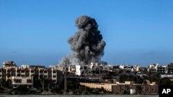 Kelompok teroris ISIS berhasil diusir dari basisnya di kota Sirte pada 2016 dengan bantuan serangan udara Amerika (foto: ilustrasi).