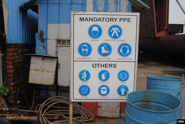 Signage at Western Mraine encouraging worker safety. (A. Yee/VOA)