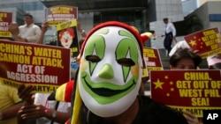 Người Philippines biểu tình trước Lãnh sự quán Trung Quốc tại khu tài chính Makati ở Manila.
