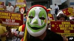 2014年3月3日,抗議者在中國駐菲律賓馬卡迪領事館前示威,抗議中國海警船在有爭議的斯卡伯勒淺灘(黃岩島)用水砲驅逐菲律賓漁民。