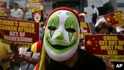 2014年3月3日,抗议者在中国驻菲律宾马卡迪领事馆前示威,抗议中国海警船在有争议的斯卡伯勒浅滩(黄岩岛)用水炮驱逐菲律宾渔民。