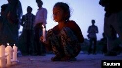 Cientos de personas se reunieron en Nepal para recordar a sus familiares que perdieron la vida hace un mes durante el primero de dos poderos terremotos que destruyeron el país.