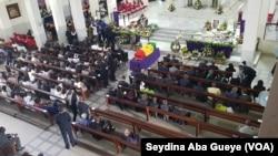 La dépouille de Bruno Diatta à l'intérieur de la cathédrale de Dakar, le 27 septembre 2018. (VOA/Seydina Aba Gueye)