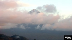 Pulau Ternate dilihat dari Pulau Halmahera (foto: dokumentasi).