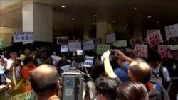 2015-07-05 美國之音視頻新聞:香港多個團體抗議新加坡因言定罪余澎杉
