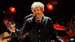 រូបឯកសារ៖ តារាចម្រៀងនិងជាអ្នកនិពន្ធចម្រៀងអាមេរិកលោក Bob Dylan កំពុងសម្ដែងក្នុងកម្មវិធីប្រគុំតន្ត្រីមួយក្នុងទីក្រុង Los Angeles រដ្ឋ California ថ្ងៃទី១២ ខែមករា ឆ្នាំ២០១២។