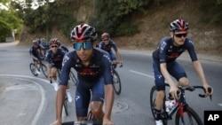 El colombiano Egan Bernal, (a la izquierda), campeón del Tour el año pasado, durante una práctica con sus compañeros de equipo Ineos en preparación para el Tour 2020.