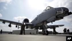 Arhiva - Vojno osoblje stoji pored borbenog aviona A-10C Tanderbolt, na aerodromu u Kandaharu, Avganistan, 32. januara 2021.