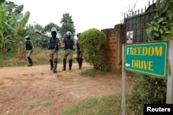 FILE - Polisi Uganda wakiweka vizuizi karibu na nyumbani kwa mgombea urais wa upinzani Ugandan, Robert Kyagulanyi, maarufu Bobi Wine, Kampala, Uganda, Jan. 16, 2021.