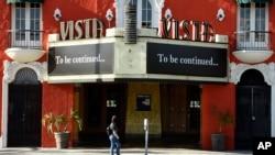 位於洛杉磯的一家電影院因爲疫情關閉。