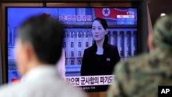 4일 한국 서울역에 설치된 대형 TV에서 북한 김여정 제1부부장 발언 관련 뉴스가 나오고 있다.