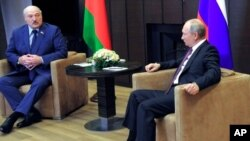 El presidente ruso Vladimir Putin, a la derecha, y el presidente bielorruso, Alexander Lukashenko, hablan durante su reunión en el balneario de Sochi, Rusia, en el Mar Negro, el 28 de mayo 2021.